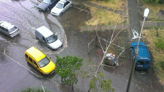 """Наслідки зливи: на столичній Троєщині """"плавають"""" автівки  - фото 2"""
