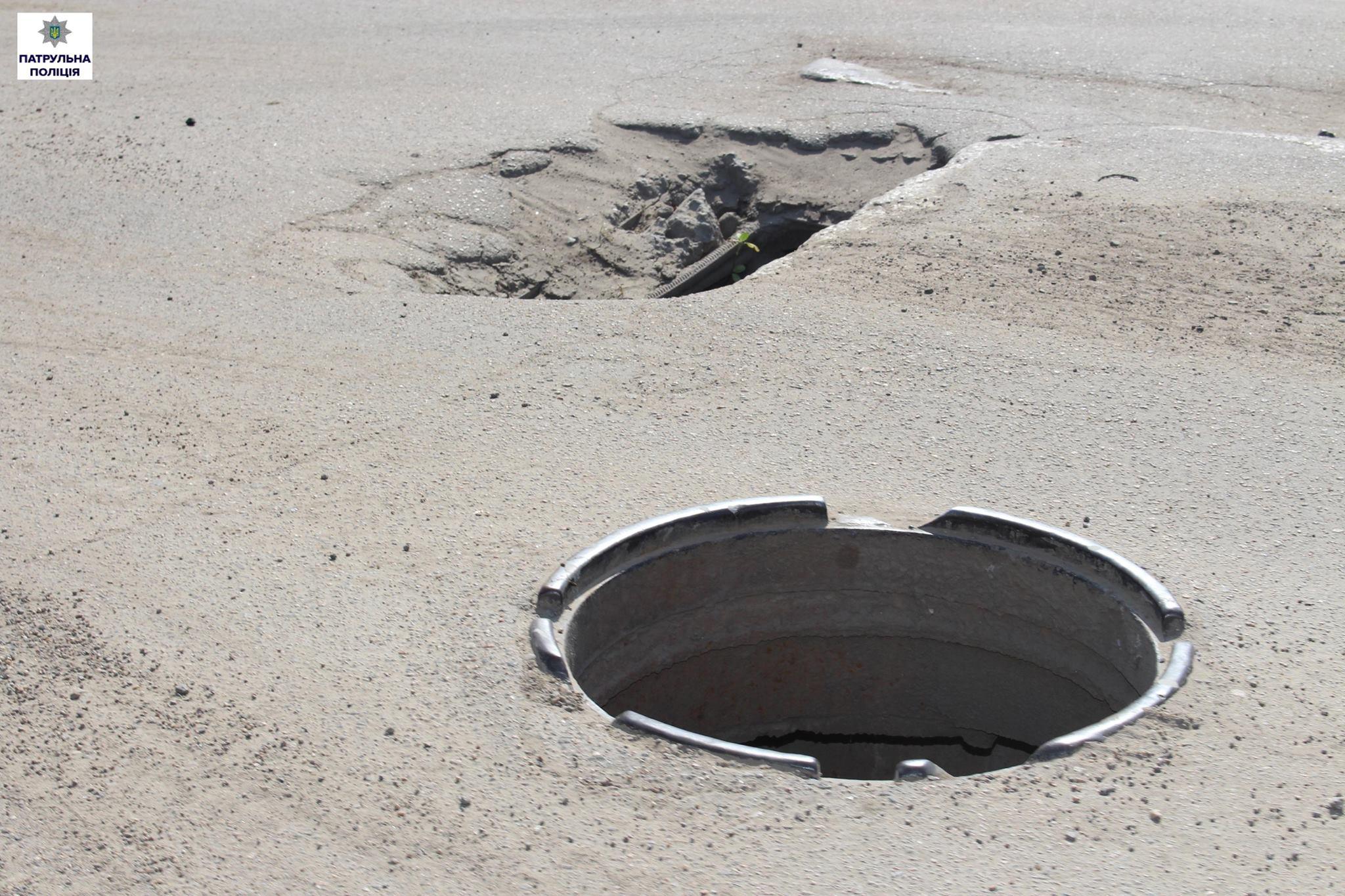 Ями та люки без решіток: миколаївські патрульні обстежили дорогу для фур