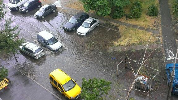 """Наслідки зливи: на столичній Троєщині """"плавають"""" автівки  - фото 3"""