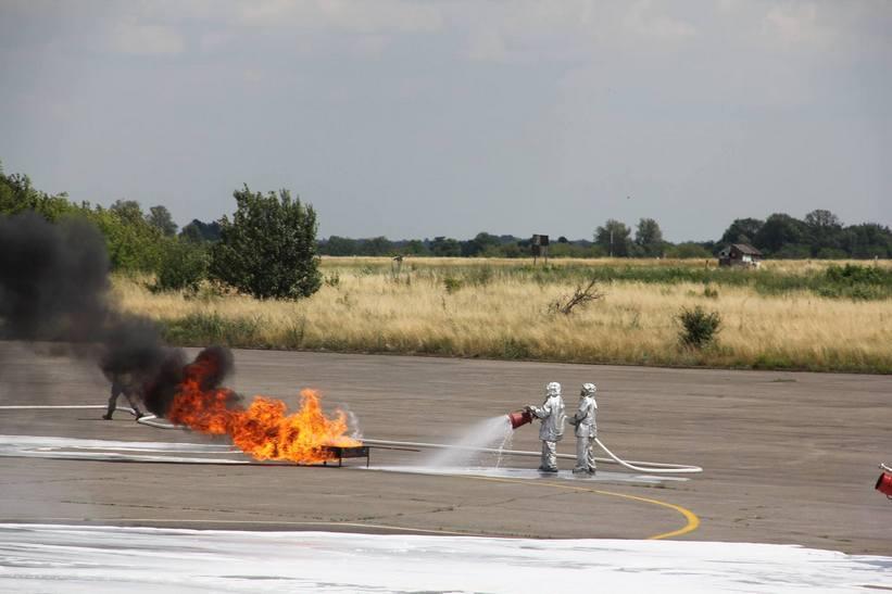 """Як у Вінниці тренувались гасити """"палаючий"""" пасажирський літак - фото 3"""