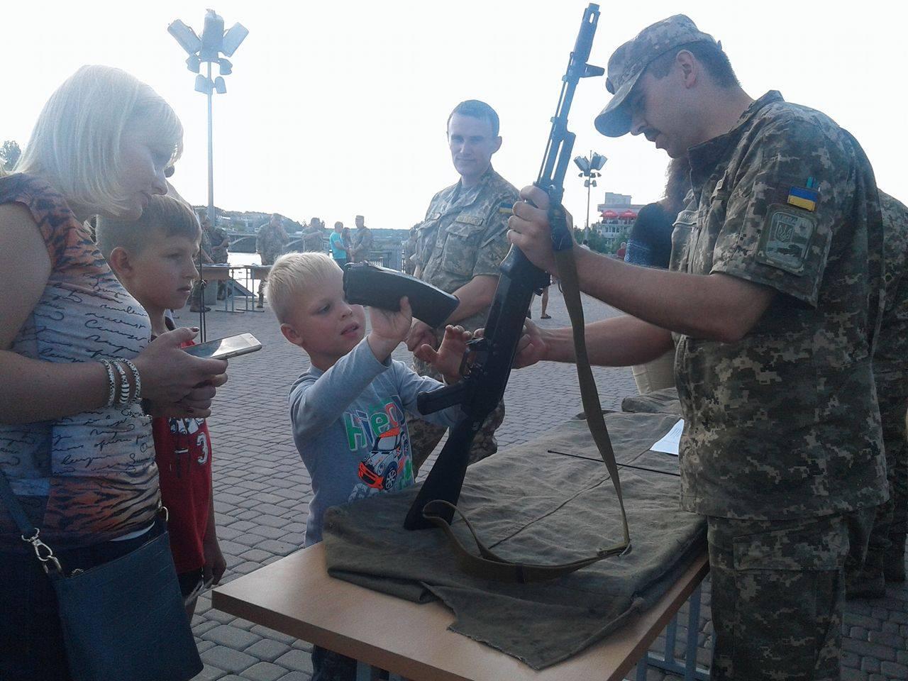 """У Вінниці вербували у військо прямо біля фонтану """"Рошен"""" - фото 2"""