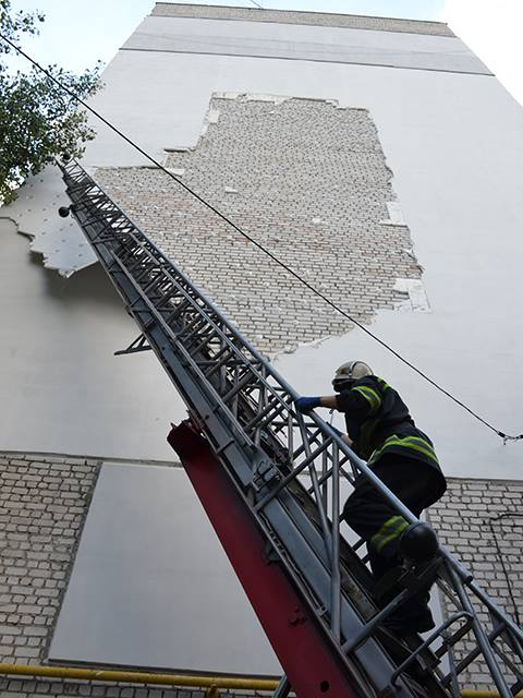 У Миколаєві обвалився утеплювач з багатоповерхівки