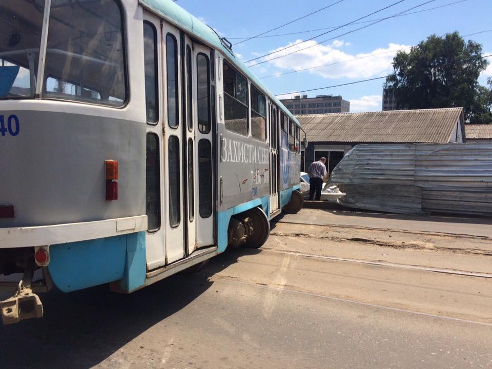 У Харкові трамвай зійшов з рейок та заблокував рух - фото 2