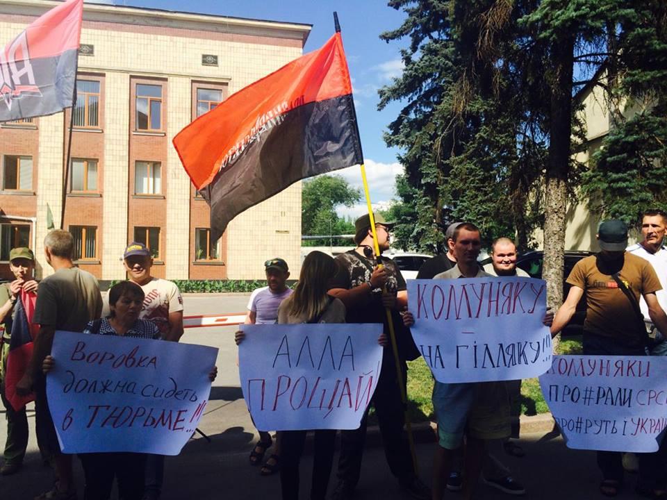 """У Харкові до прокуратури через Александровську прийшли """"азовці"""" та комуністи - фото 8"""