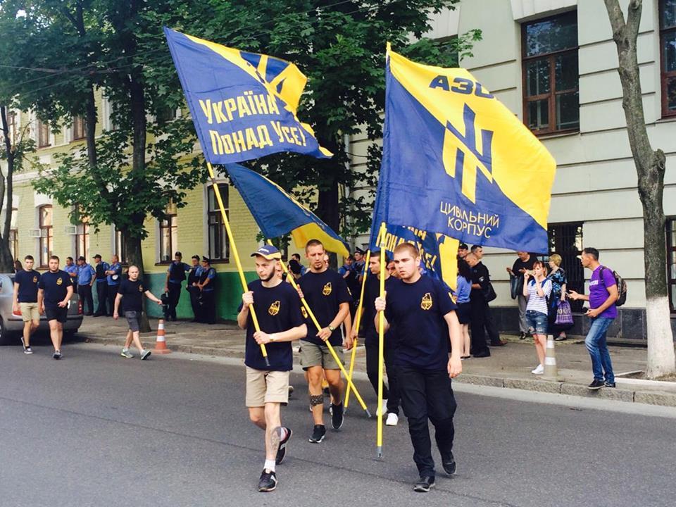 """У Харкові до прокуратури через Александровську прийшли """"азовці"""" та комуністи - фото 7"""