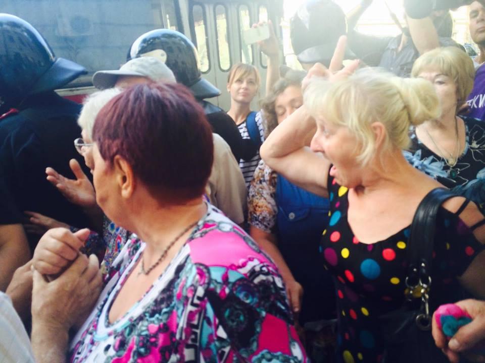 """Харківських пенсіонерів, які вийшли на підтримку Александровської, """"заштовхали в автобус"""" - фото 2"""