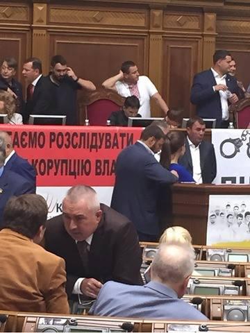 Ляшко і Тимошенко заблокували трибуну Ради, а Савченко окупувала крісло спікера - фото 2