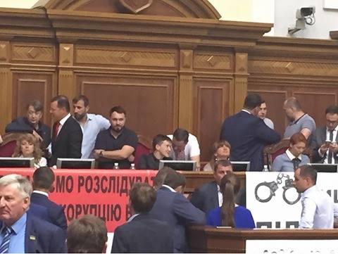 Ляшко і Тимошенко заблокували трибуну Ради, а Савченко окупувала крісло спікера - фото 1