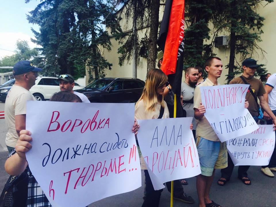 """У Харкові до прокуратури через Александровську прийшли """"азовці"""" та комуністи - фото 6"""