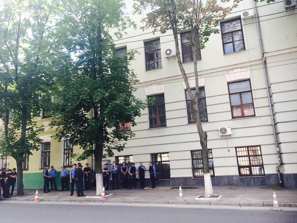 """У Харкові до прокуратури через Александровську прийшли """"азовці"""" та комуністи - фото 5"""