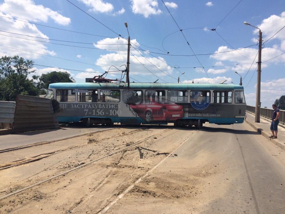 У Харкові трамвай зійшов з рейок та заблокував рух - фото 1