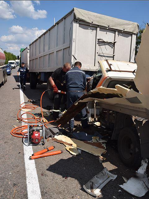 На Миколаївщині дві фури розчавили вантажівку: водія довелось деблокувати - фото 4