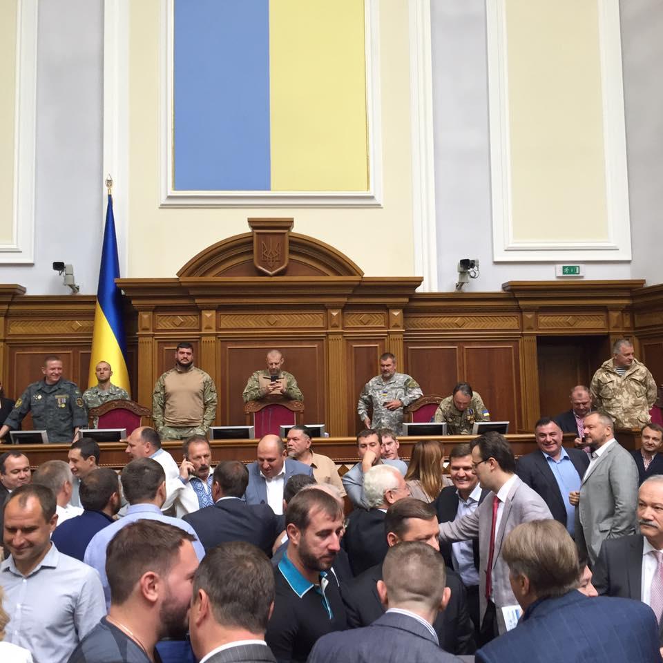 """Як Парубій """"під охороною"""" АТОшників відкривав Раду - фото 3"""