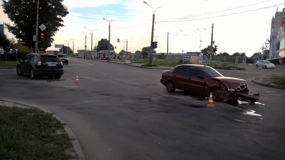 """На Салтівці водій хотів """"проскочити на червоний"""": постраждала дівчина  - фото 2"""