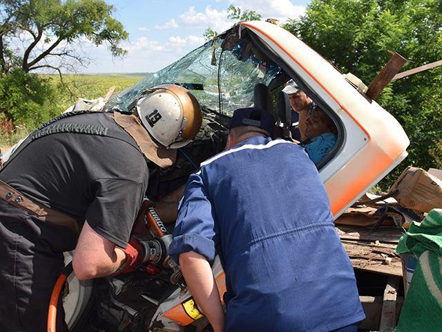 На Миколаївщині дві фури розчавили вантажівку: водія довелось деблокувати - фото 3