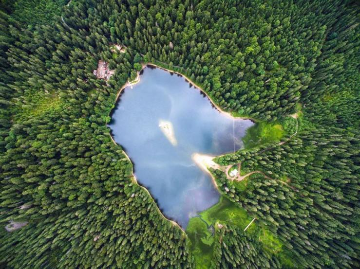 Ukraїner: озеро Синевир з незвичного ракурсу