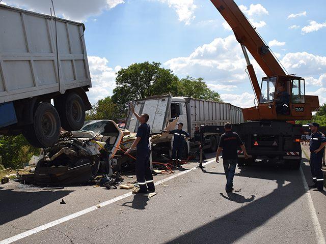 На Миколаївщині дві фури розчавили вантажівку: водія довелось деблокувати - фото 2