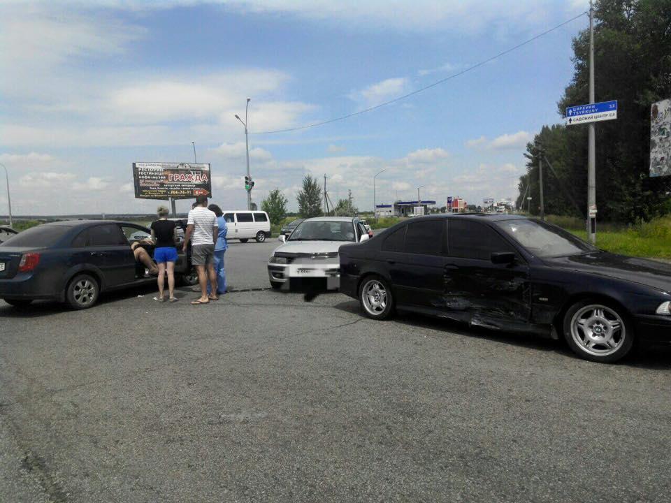 """На Салтівці водій хотів """"проскочити на червоний"""": постраждала дівчина  - фото 1"""