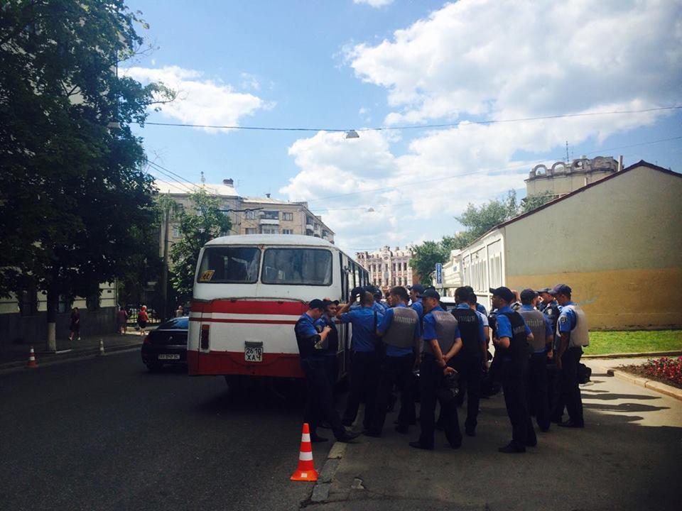 """У Харкові до прокуратури через Александровську прийшли """"азовці"""" та комуністи - фото 2"""