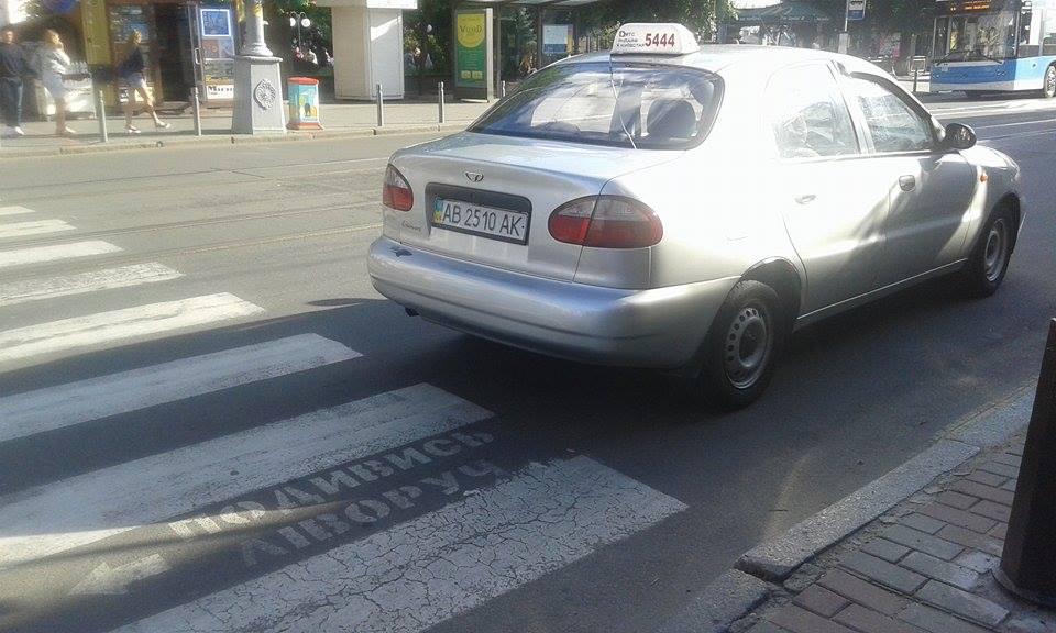 """У Вінниці """"копи"""" затримали таксиста, який їм """"тикав"""" - фото 1"""