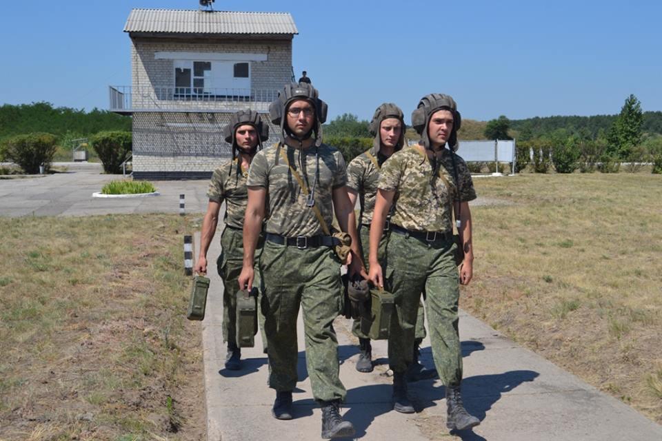 На Харківщині курсантам дали зброю та всадили у танки  - фото 6