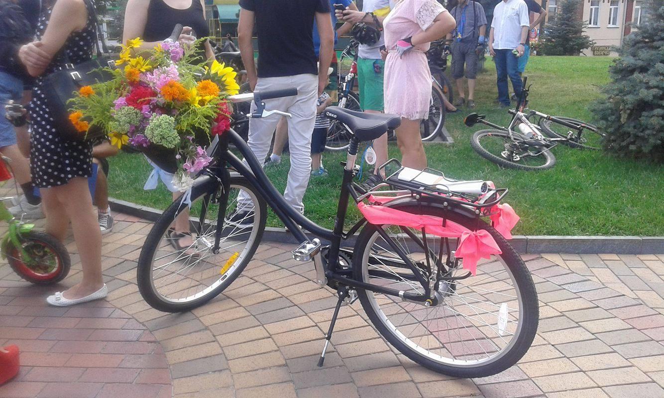 Як дівчата у сукнях на велосипедах по місту їздили - фото 9