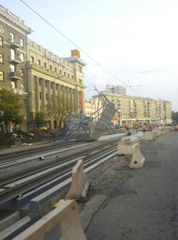 Ураган у Харкові: вирвані з коренем дерева та повалені стовпи - фото 3