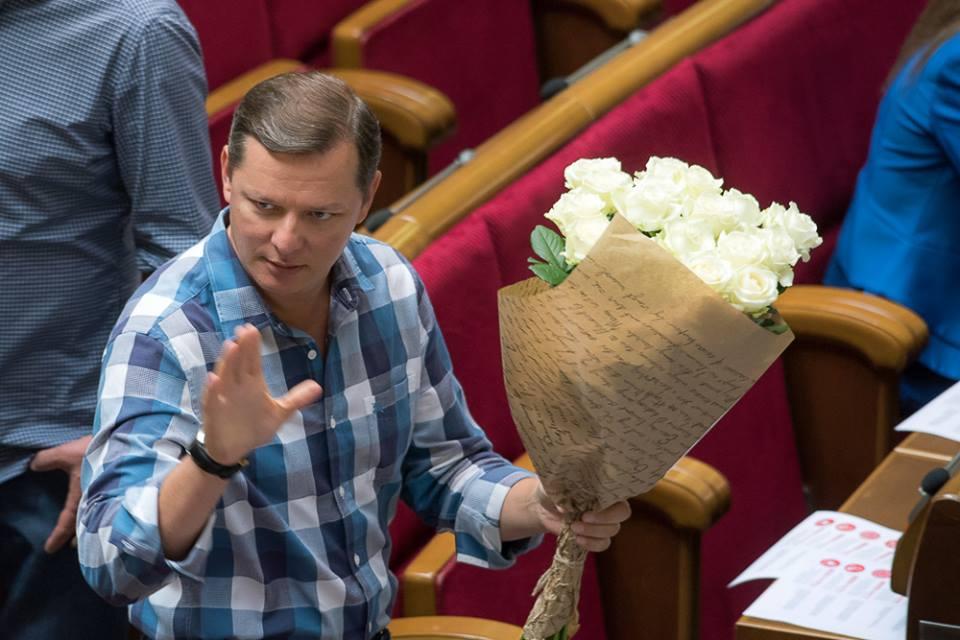 """Сусід Клюєва з букетом квітів влаштував собі """"нари"""" у Раді - фото 1"""