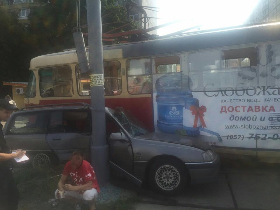 """У Харкові трамвай """"притиснув"""" легковик до стовпа - фото 2"""