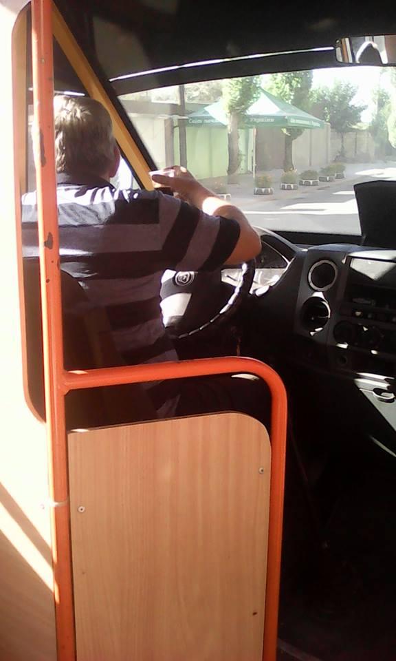 Миколаївський маршрутник колесив до зупинки з сигаретою та кавою в руках