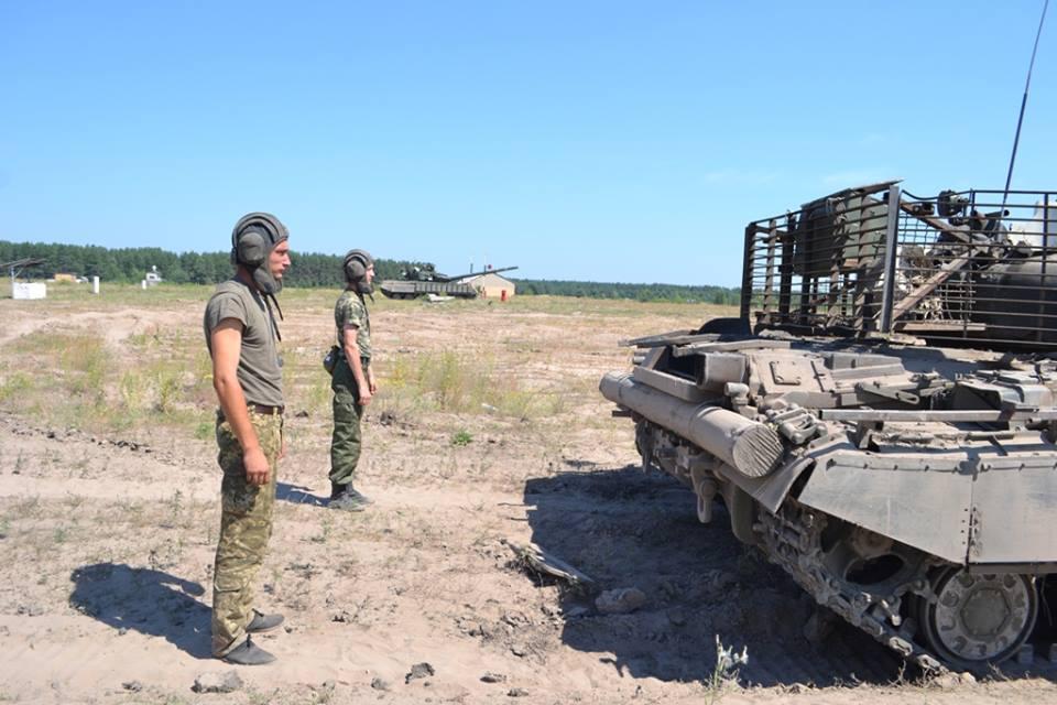 На Харківщині курсантам дали зброю та всадили у танки  - фото 3