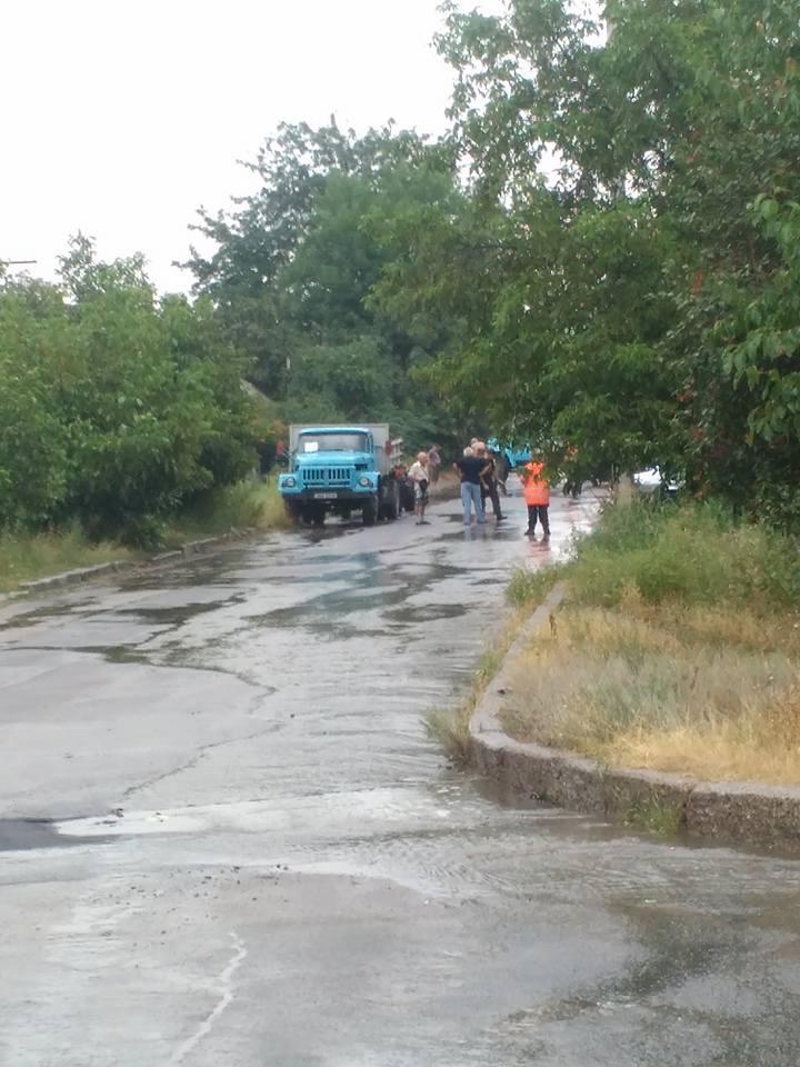 У Миколаєві продовжують вкладати асфальт в дощ - фото 2