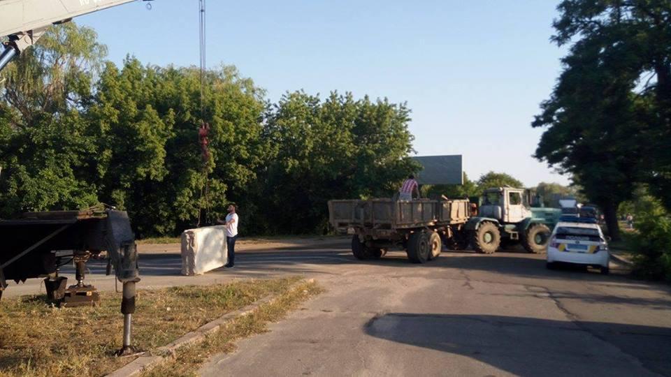 В'їзди до Миколаєва перекрили бетонними