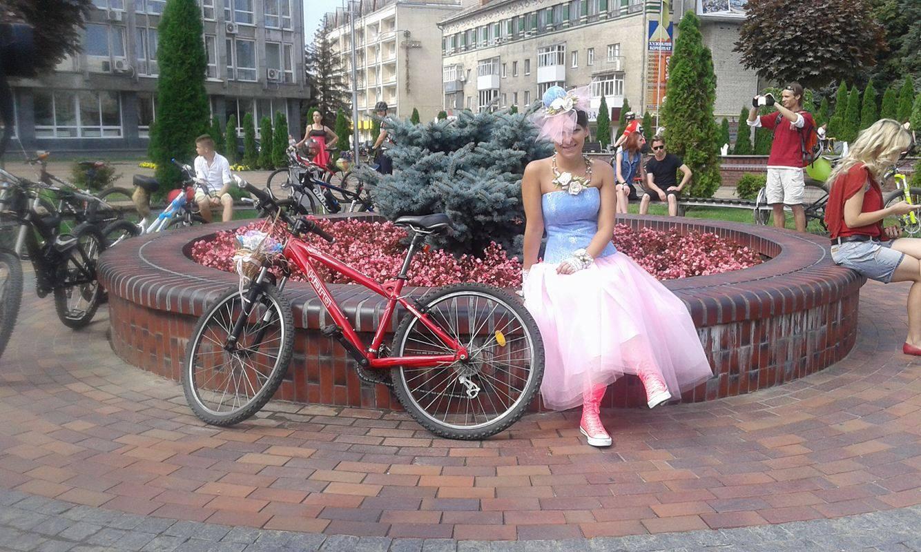 Як дівчата у сукнях на велосипедах по місту їздили - фото 5
