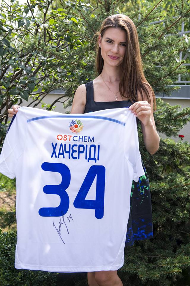 Гарненька українська ведуча показала новий лот для аукціону - фото 1