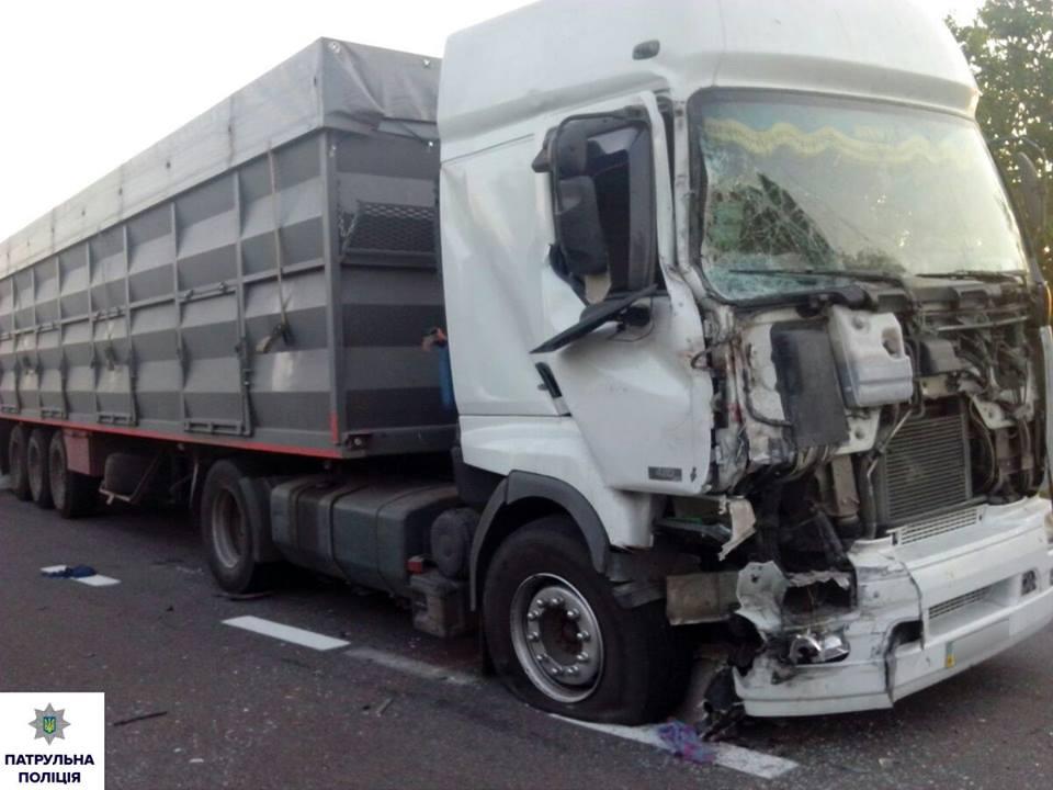 На Миколаївщині п'яний водій фури протаранив маршрутку: двоє загинуло, 16 травмовано