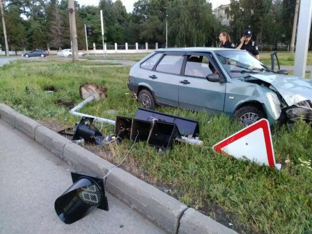 """На Салтівці ДТП: п'яний водій """"врізався у світлофор, повністю його демонтувавши"""" - фото 1"""