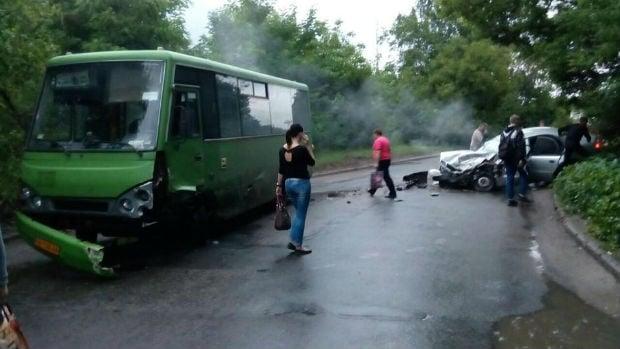 У Харкові маршрутка потрапила в ДТП: загинули дві людини - фото 1