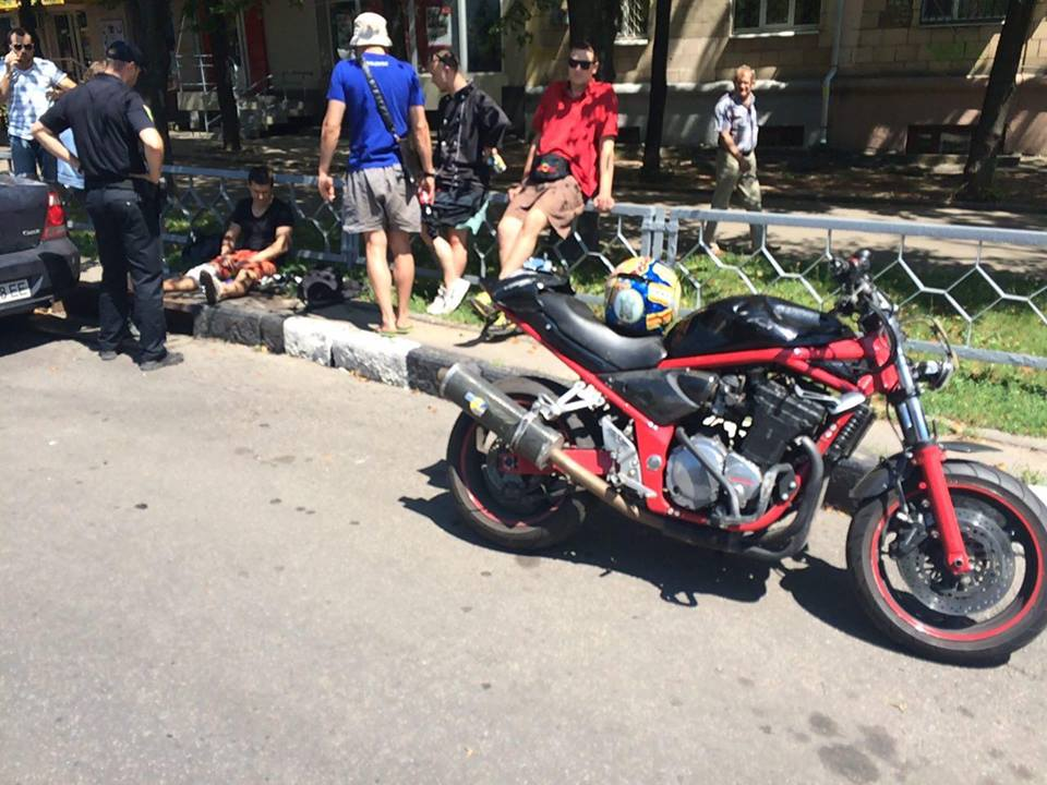 У центрі Харкова байкер злетів з мотоцикла  - фото 1