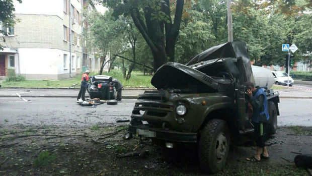 В районі ХТЗ легковик протаранив водовозку: дві людини госпіталізовані - фото 3