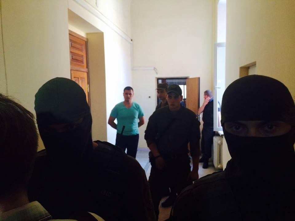 У Харкові автоматники не пускають журналістів на суд у справі екс-нардепа від КПУ  - фото 2