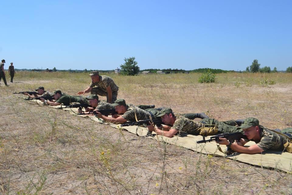 На Харківщині курсантам дали зброю та всадили у танки  - фото 1