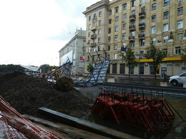 Ураган у Харкові: вирвані з коренем дерева та повалені стовпи - фото 4