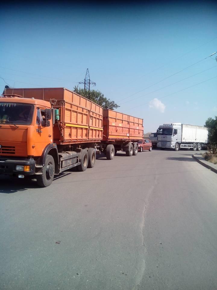 У Миколаїв, попри заборону руху фур, продовжують їхати зерновози - фото 4