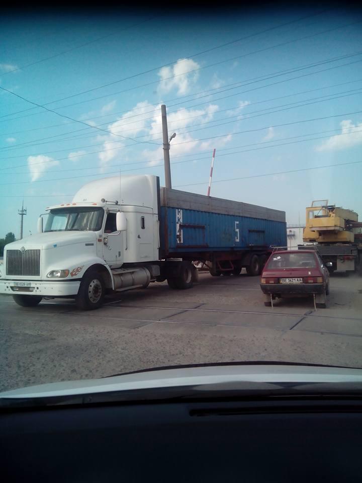 У Миколаїв, попри заборону руху фур, продовжують їхати зерновози - фото 3