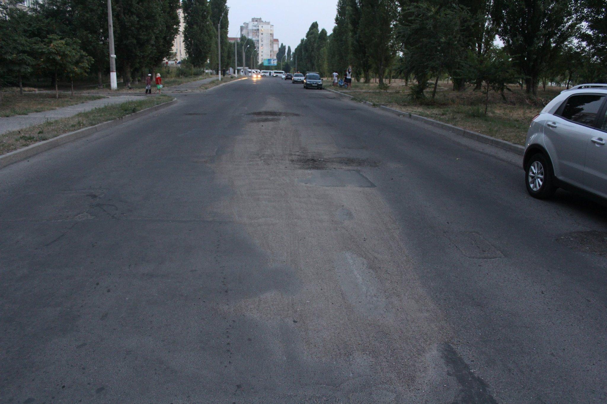 Після прибирання вулиць на Намиві залишилися купи піска