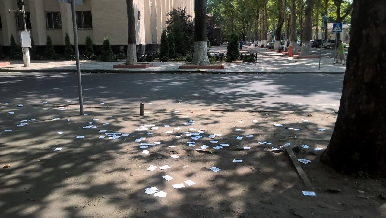 Центр Миколаєва закидали наркорекламою