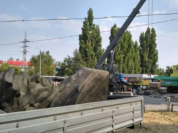 У Миколаєві знесли ще один декомунізований пам'ятник