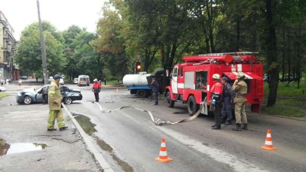 В районі ХТЗ легковик протаранив водовозку: дві людини госпіталізовані - фото 1