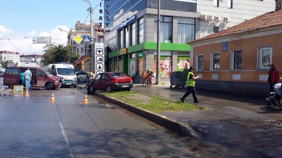 У Харкові зіткнулися авто: постраждали чотири людини  - фото 3